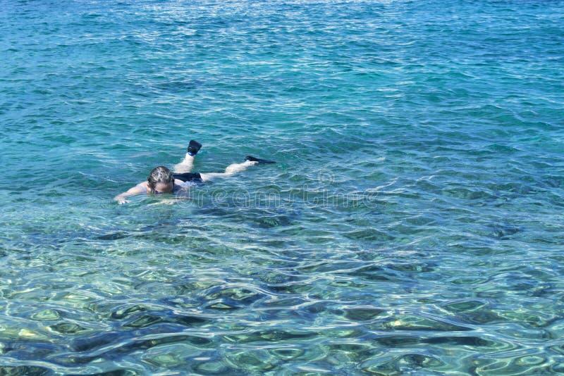 Femme dans l'eau trasparent photo stock