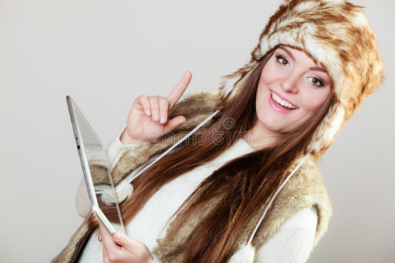 Femme dans l'habillement d'hiver avec le comprimé photo libre de droits