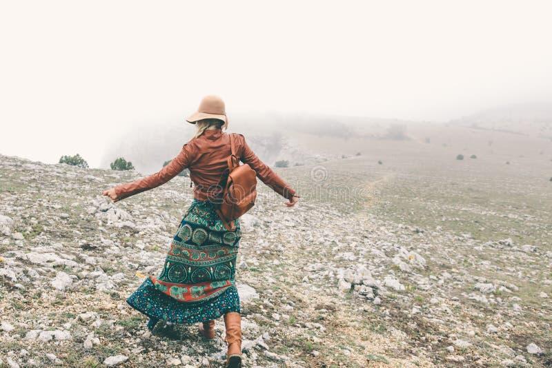 Femme dans l'habillement de boho voyageant par temps de brouillard image stock