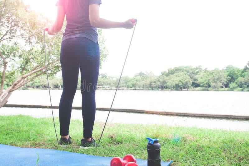 Femme dans l'habillement de sport tenant la corde à sauter, mode de vie sain image stock