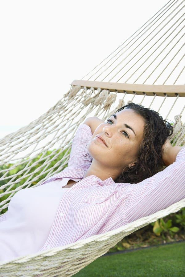Femme dans l'hamac. photographie stock libre de droits
