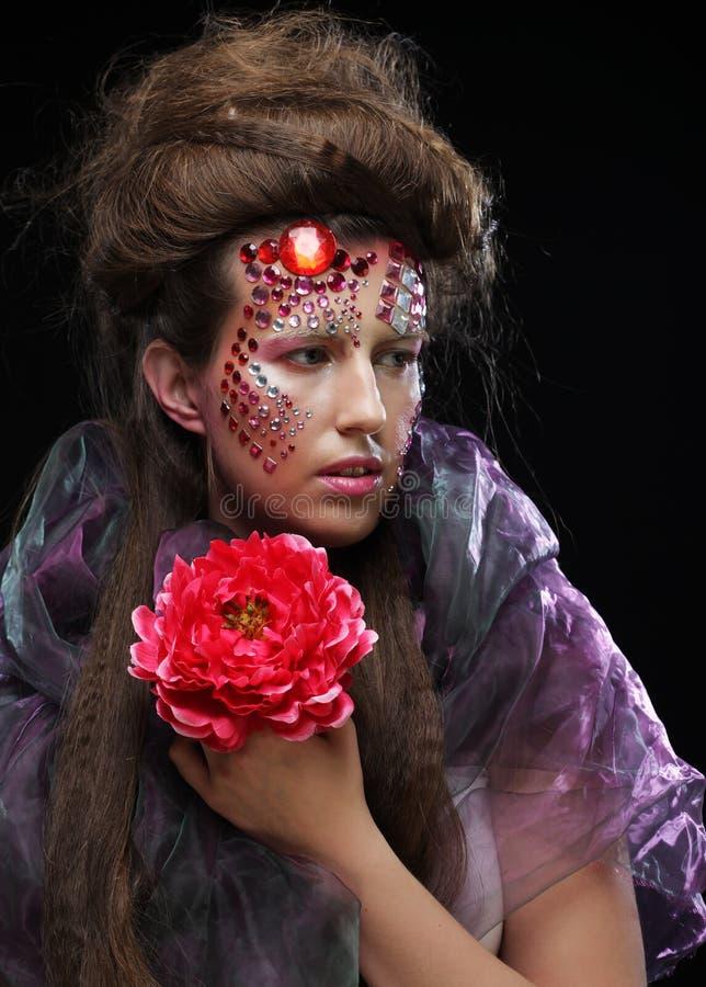 Download Femme Dans L'image Créative Avec De Grandes Fleurs Photo stock - Image du créateur, cheveu: 77151696