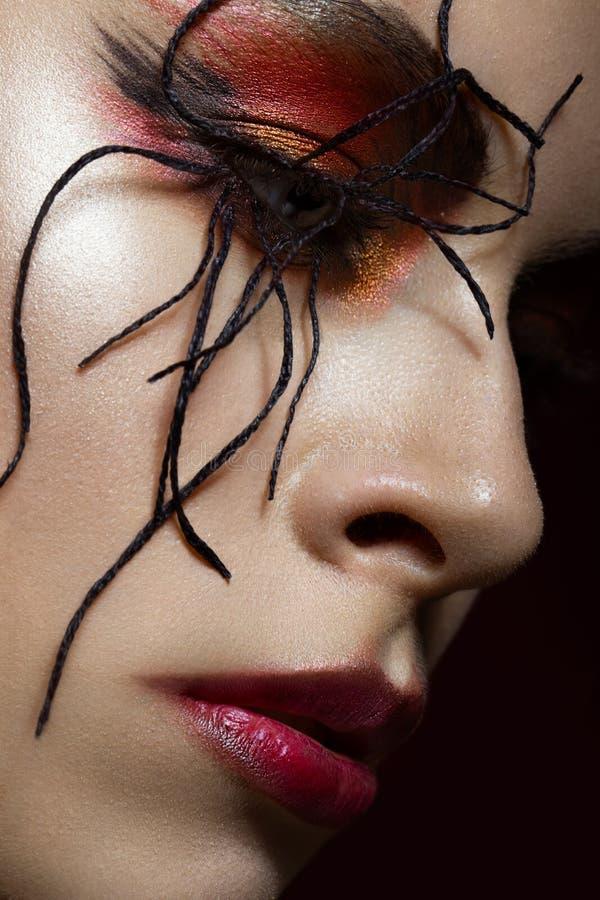 Femme dans l'image de l'araignée avec le maquillage créatif d'art Visage de beauté Fin vers le haut photo libre de droits