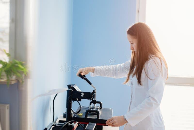 Femme dans l'image de transfert thermique de laboratoire blanc photographie stock libre de droits