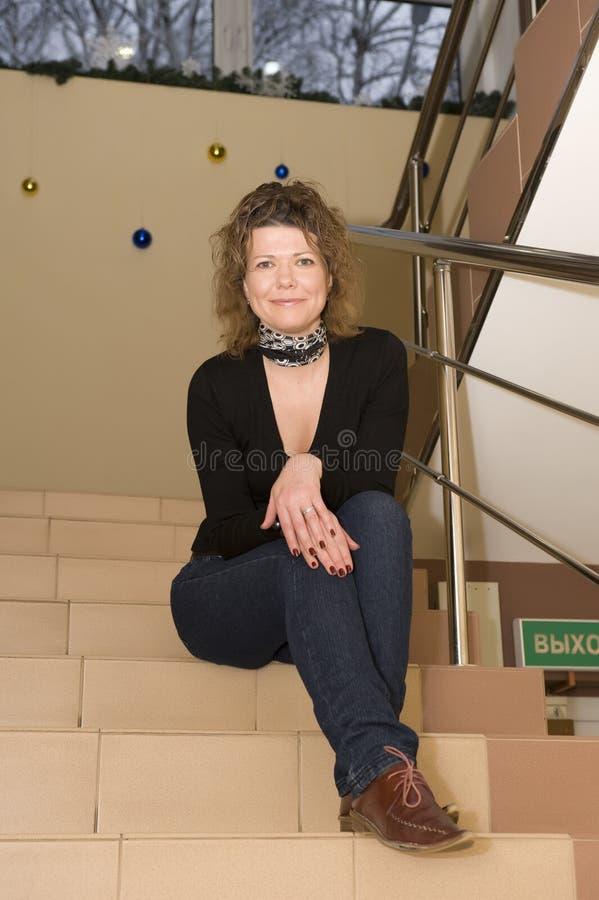 Femme dans l'immeuble de bureaux photo libre de droits