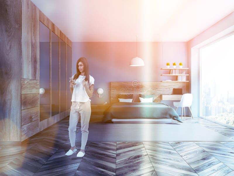 Femme dans l'intérieur bleu de chambre à coucher, garde-robe photos stock