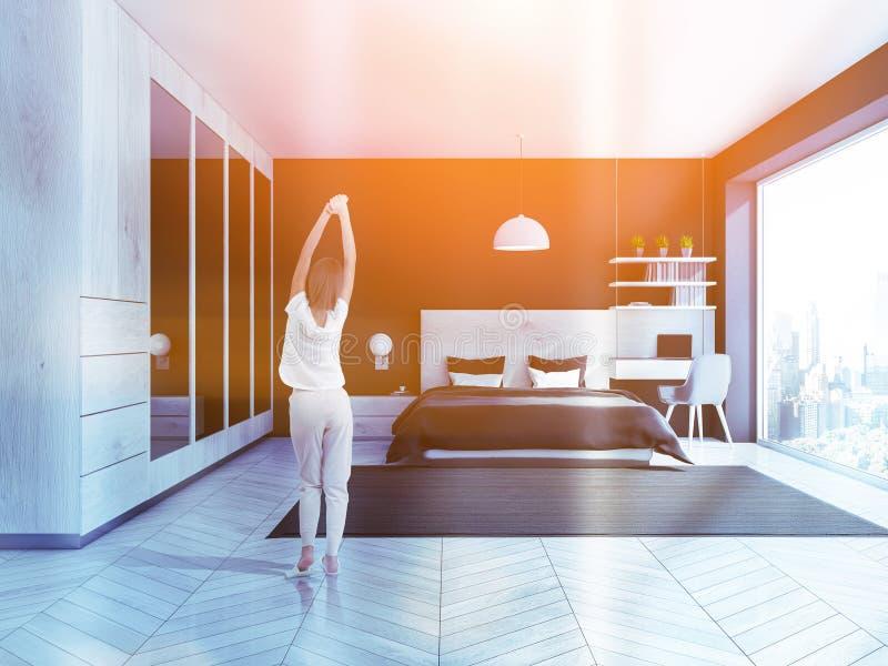 Femme dans l'intérieur noir de chambre à coucher, garde-robe images libres de droits