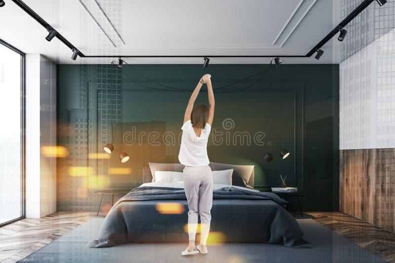 Femme dans l'intérieur vert et blanc de chambre à coucher photos stock
