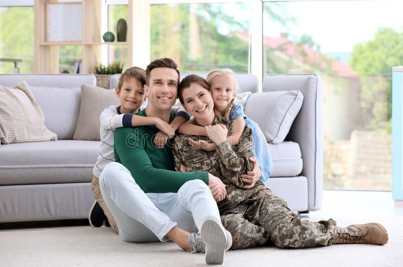 Femme dans l'uniforme militaire avec sa famille image stock