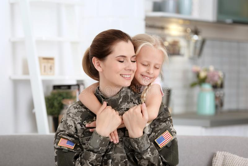 Femme dans l'uniforme militaire avec sa petite fille images libres de droits