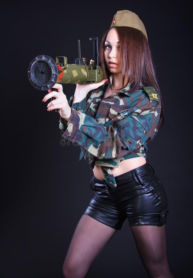Femme dans l'uniforme militaire avec un lance-grenades photographie stock libre de droits