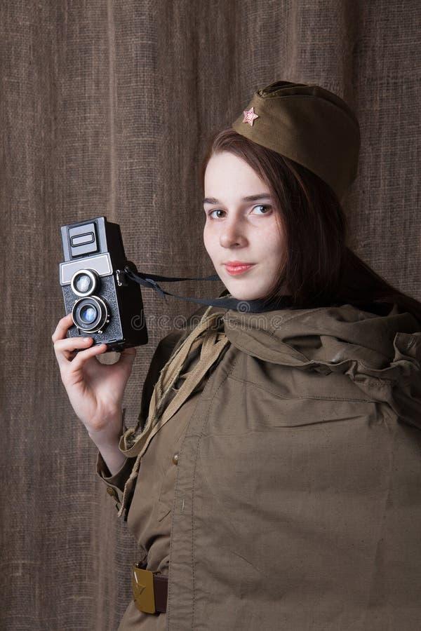 Femme dans l'uniforme militaire russe avec l'appareil-photo Correspondant de guerre féminin pendant la deuxième guerre mondiale images libres de droits
