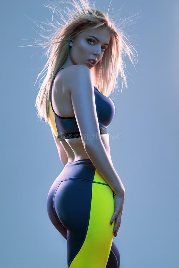 Femme dans l'usage de sport posant à l'appareil-photo image libre de droits