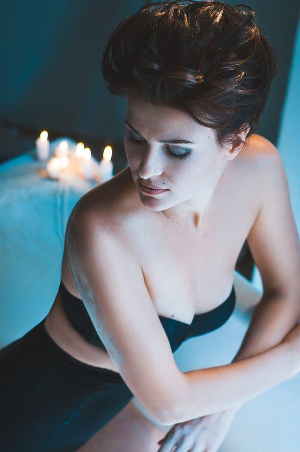 Femme dans la baignoire avec des bougies photo stock