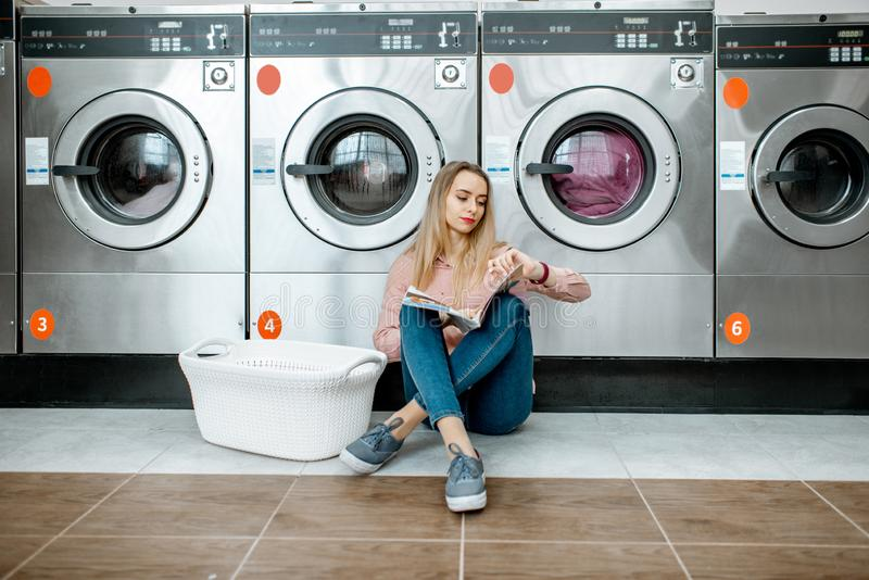 Femme dans la blanchisserie de libre service photos libres de droits
