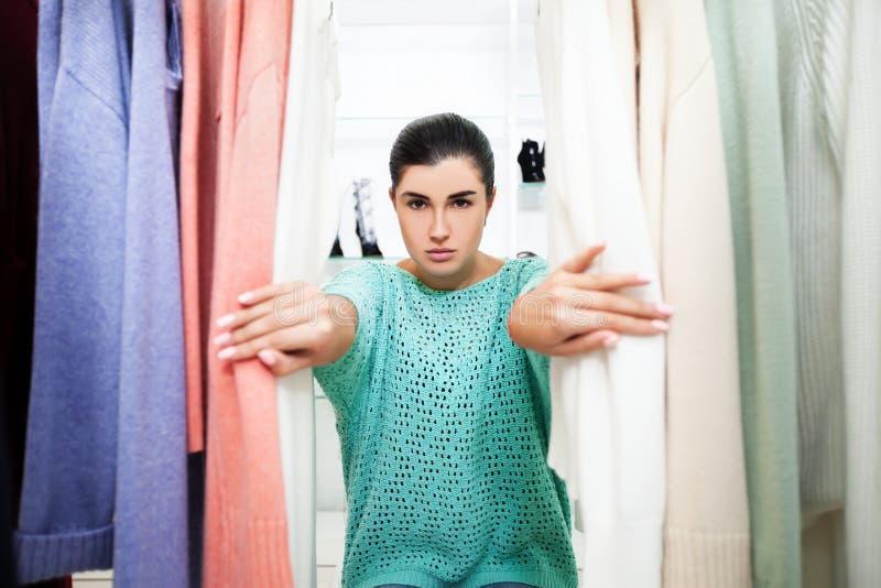 Femme dans la boutique photographie stock