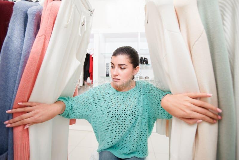 Femme dans la boutique image stock