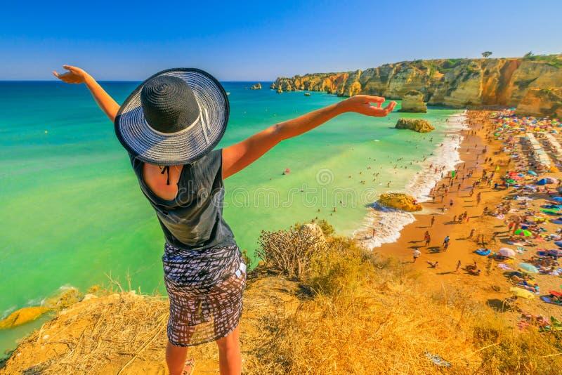 Femme dans la côte d'Algarve photo libre de droits