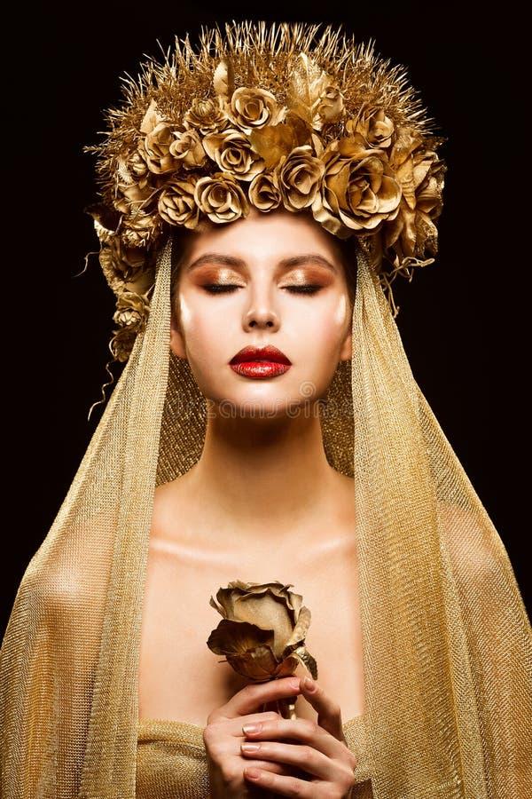 Femme dans la couronne de fleur d'or, mannequin Beauty Makeup, jeune mariée dans le voile d'or tenant Rose photos stock