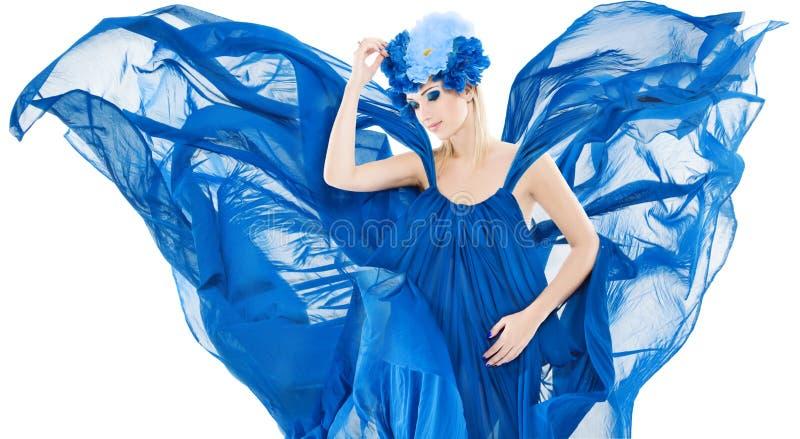 Femme dans la couronne, le flutterin de robe et l'ondulation floraux bleus comme winfs photos libres de droits