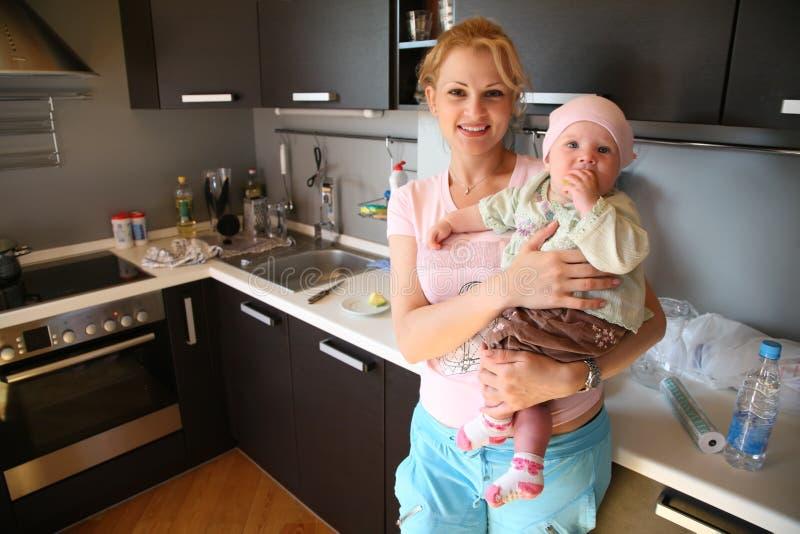 Femme dans la cuisine photo stock