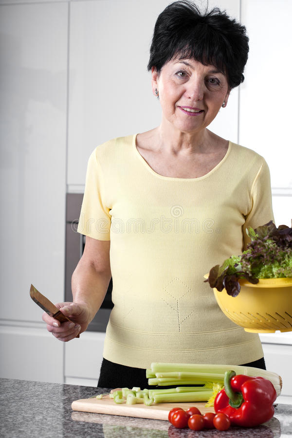 Femme dans la cuisine photos libres de droits