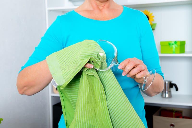 Femme dans la cuisine sèche outre d'un verre de vin photos libres de droits