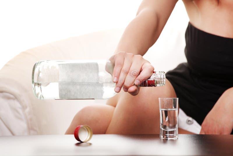 Femme dans la dépression, alcool potable (vodka) photo libre de droits