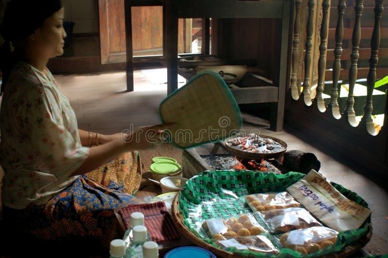 Femme dans la fabrication culturelle de village de Sarawak de village de musée photographie stock