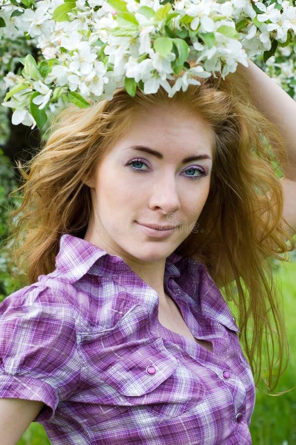 Femme dans la fleur de cerisier photos libres de droits