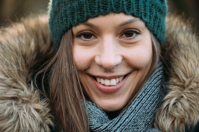 Femme dans la forêt, portait extérieur photos libres de droits