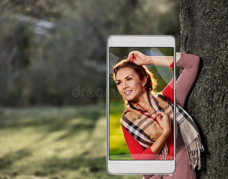Femme dans la forêt sur le smartphone photo libre de droits