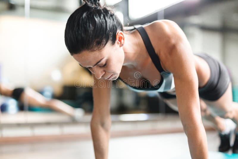 Femme dans la formation intense de forme physique photographie stock