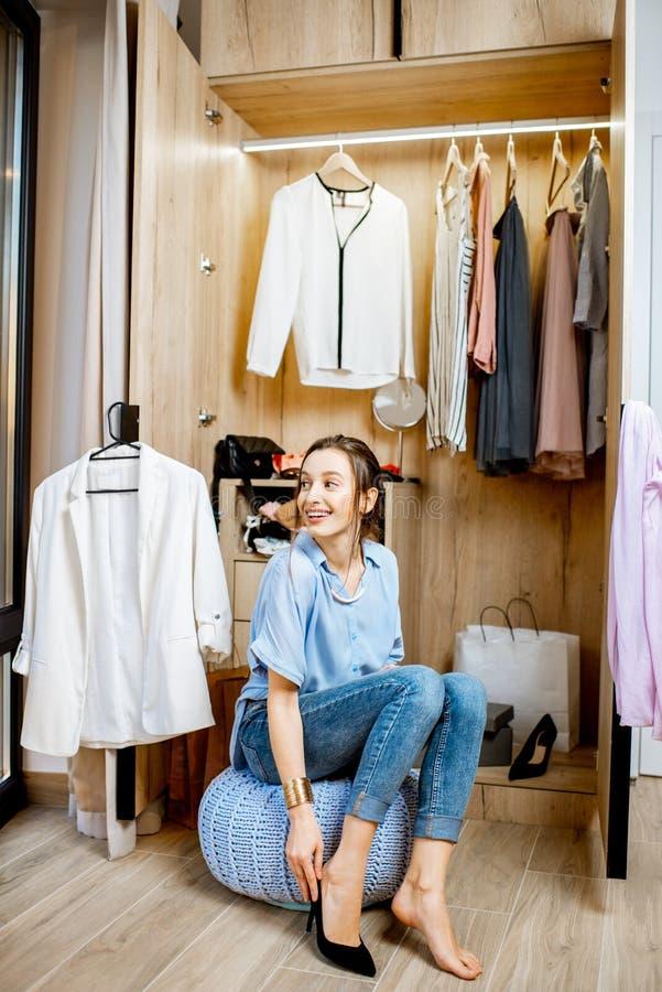 Femme dans la garde-robe à la maison images stock