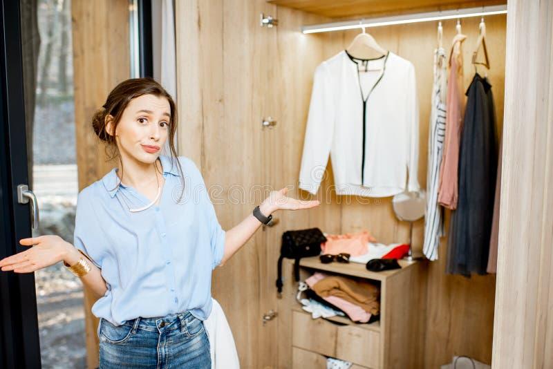 Femme dans la garde-robe à la maison photos stock