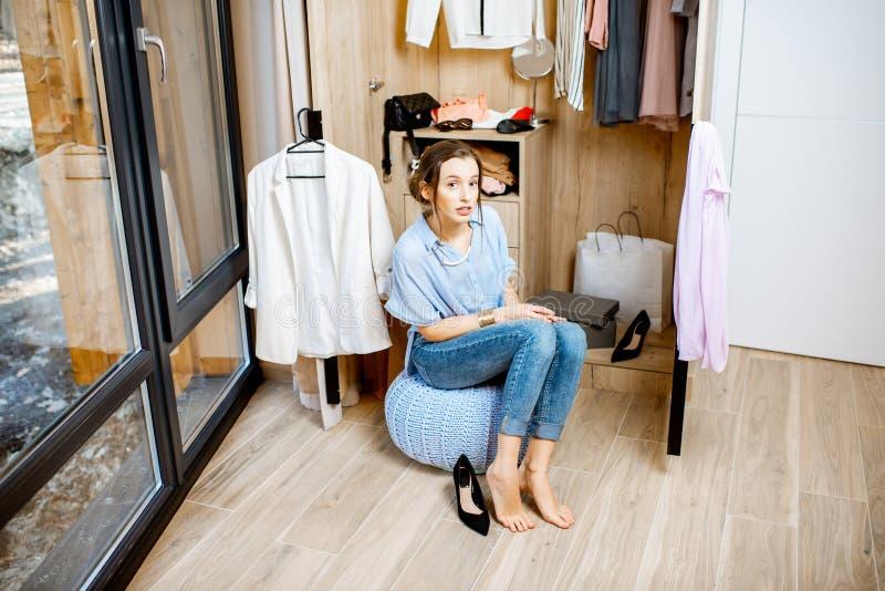 Femme dans la garde-robe à la maison image libre de droits
