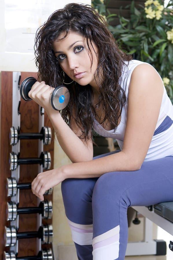 Femme dans la gymnastique et le poids images stock