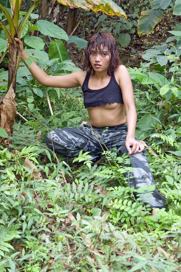 Femme dans la jungle photo libre de droits