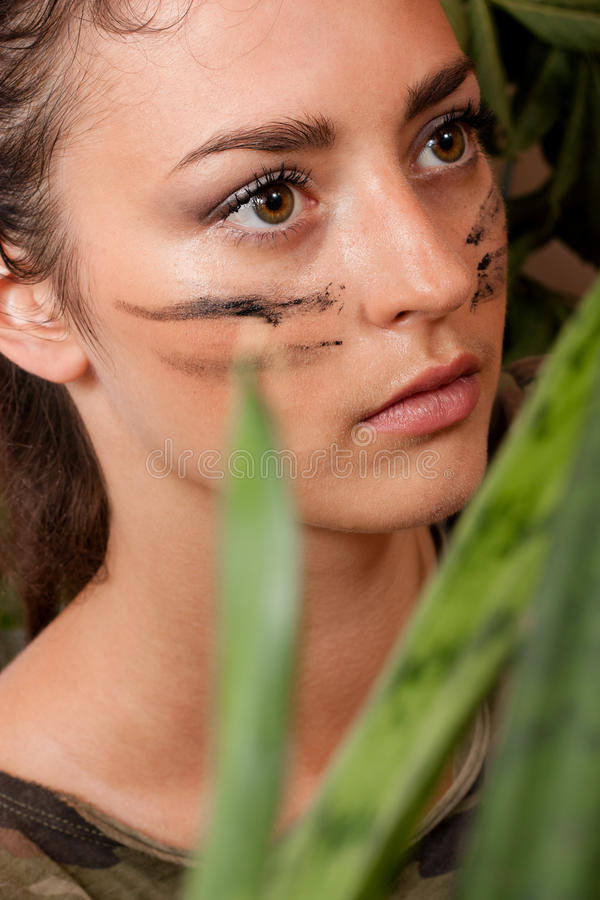 Femme dans la jungle photo stock