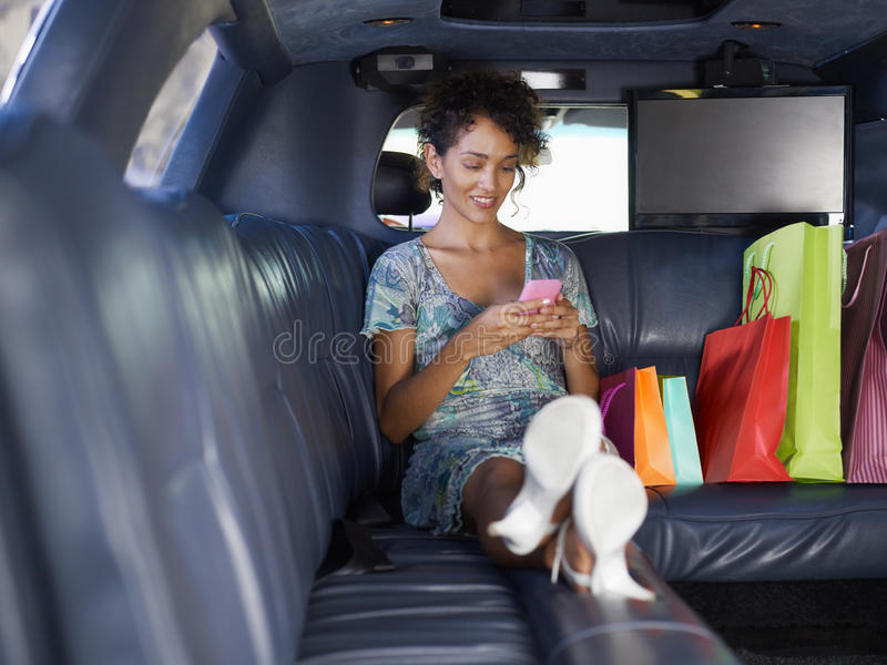 Femme dans la limousine après l'achat photo stock
