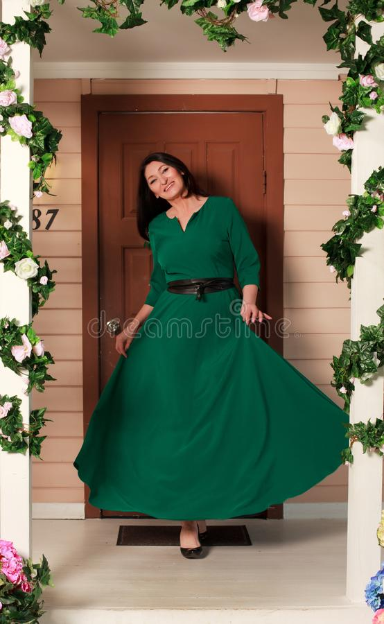 Femme dans la longue robe images stock