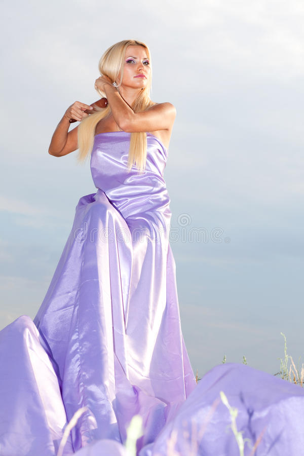 Femme dans la longue robe images libres de droits