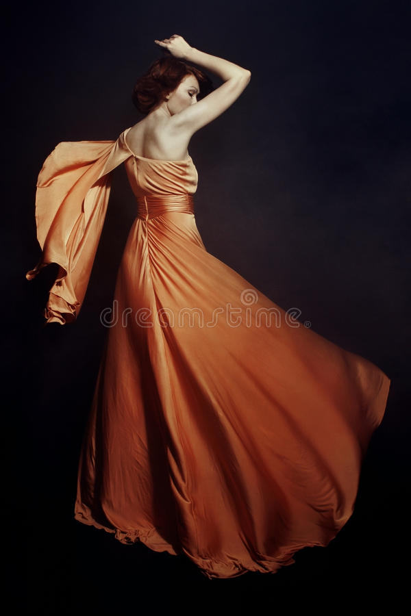 Femme Dans La Longue Robe Image libre de droits