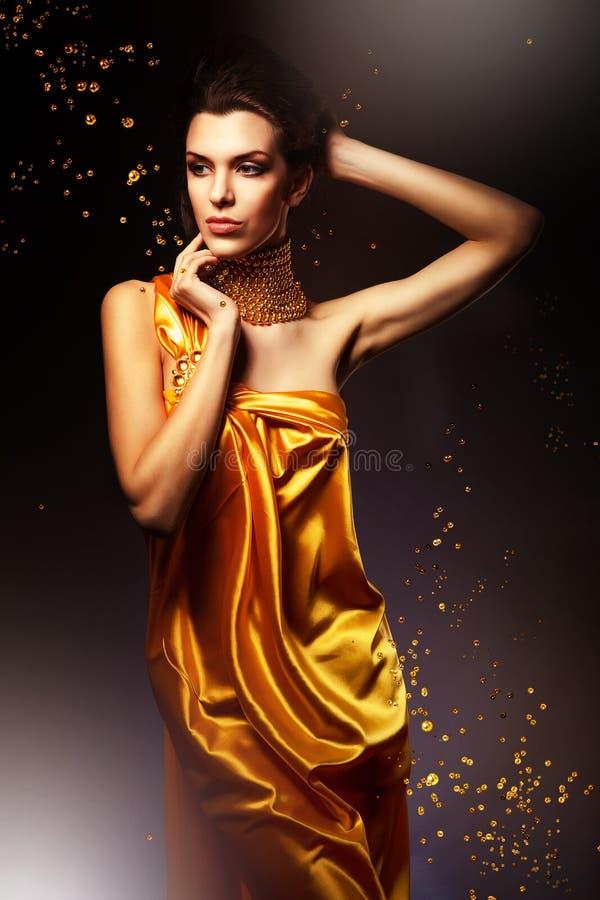 Femme dans la longue robe jaune image libre de droits