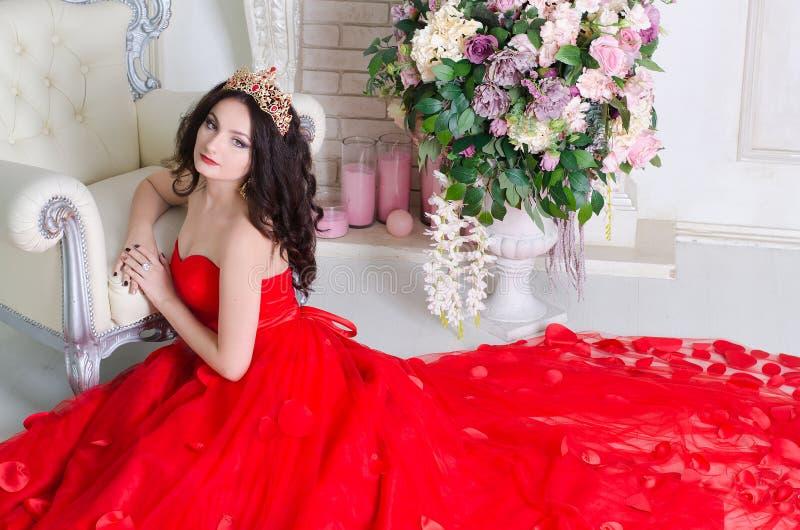 Femme dans la longue robe rouge photo stock