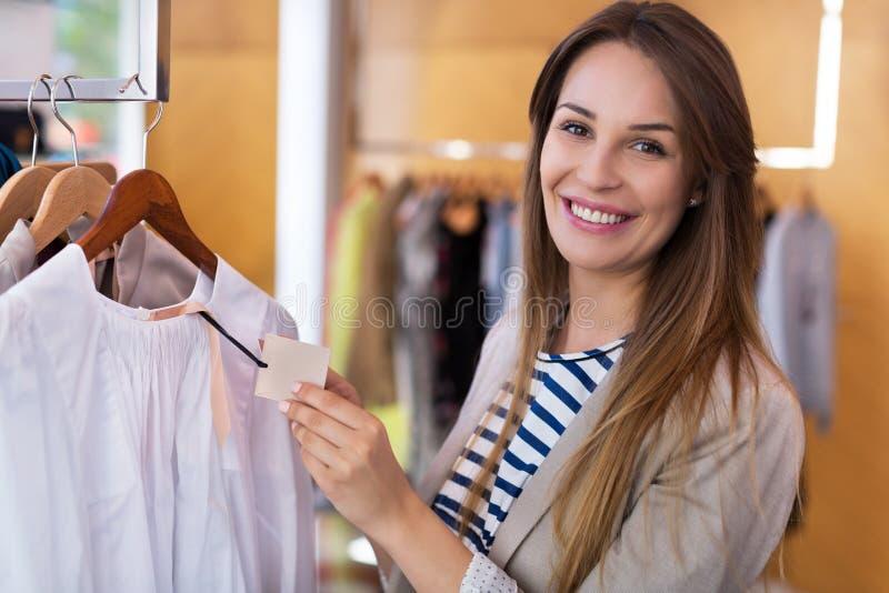 Femme dans la mémoire de vêtement photographie stock