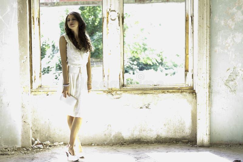 Femme dans la maison abandonnée photo stock