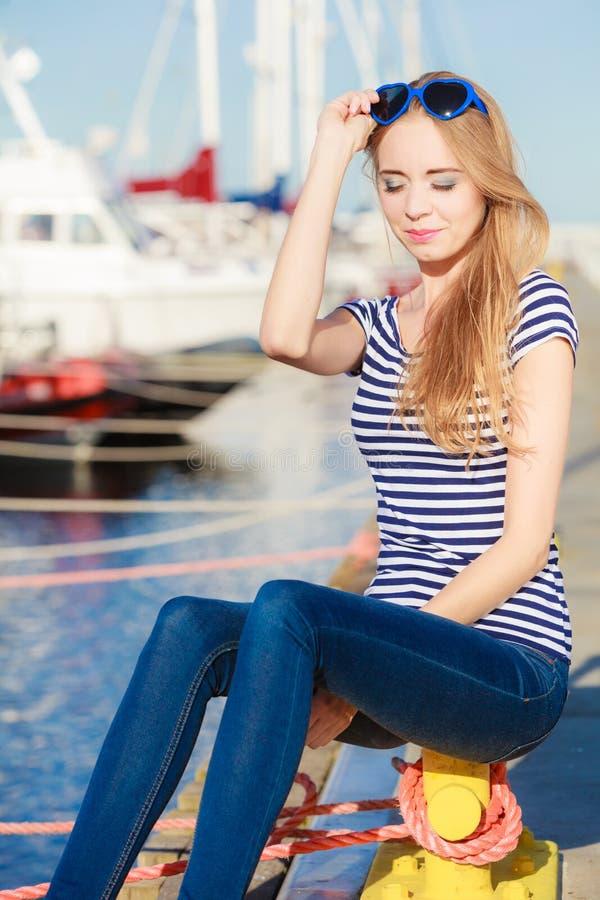 Download Femme Dans La Marina Contre Des Yachts Dans Le Port Image stock - Image du ressource, dock: 87705005