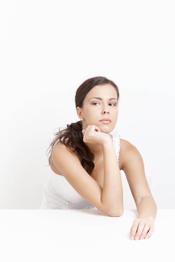 Femme dans la mauvaise humeur au-dessus du blanc image stock