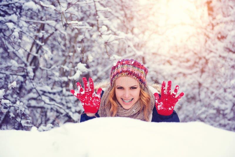 Femme dans la neige images libres de droits